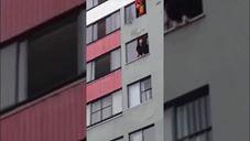 לא תאמינו איך כבאי הציל בחורה שניסתה לקפוץ מהחלון