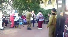 חייל עושה שמח בבית אבות ביום מעשים טובים
